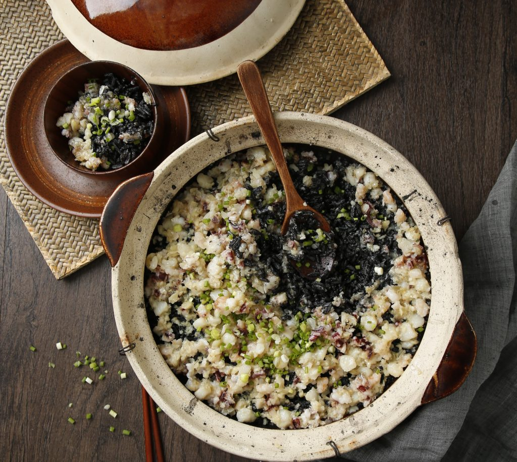 Baked blank ink rice in clay pot