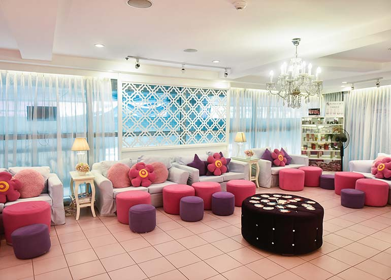 mani-pedi-lounge
