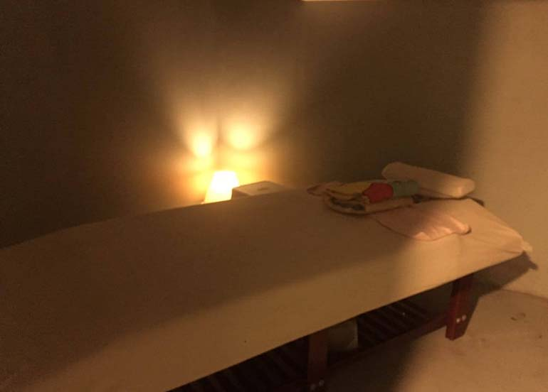 massage-table-with-lamp