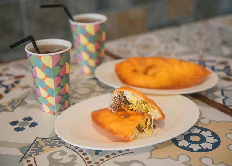Ilocos Empanada and Iced Tea from Farinas