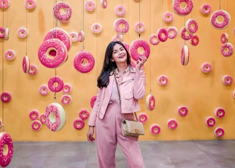 donut-room-hanging-donuts-dessert-museum