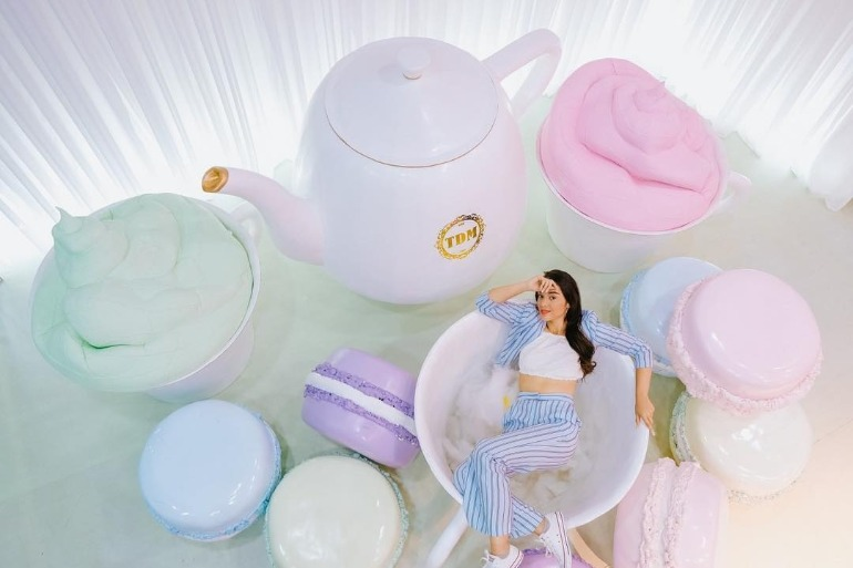 macaron-tea-party-room-giant-tea-set-giant-macaron-woman-in-tea-cup-dessert-museum