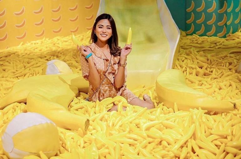 banana-beach-room-interior-bananas-on-floor-yellow-dessert-museum