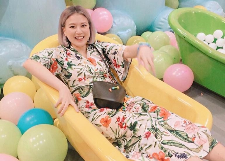 woman-in-bathtub-yellow-balloons-dessert-museum